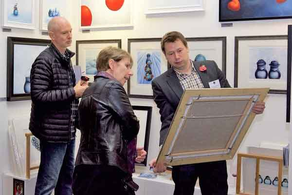 Contemporary-Art-Fairs-Buyers-Reading